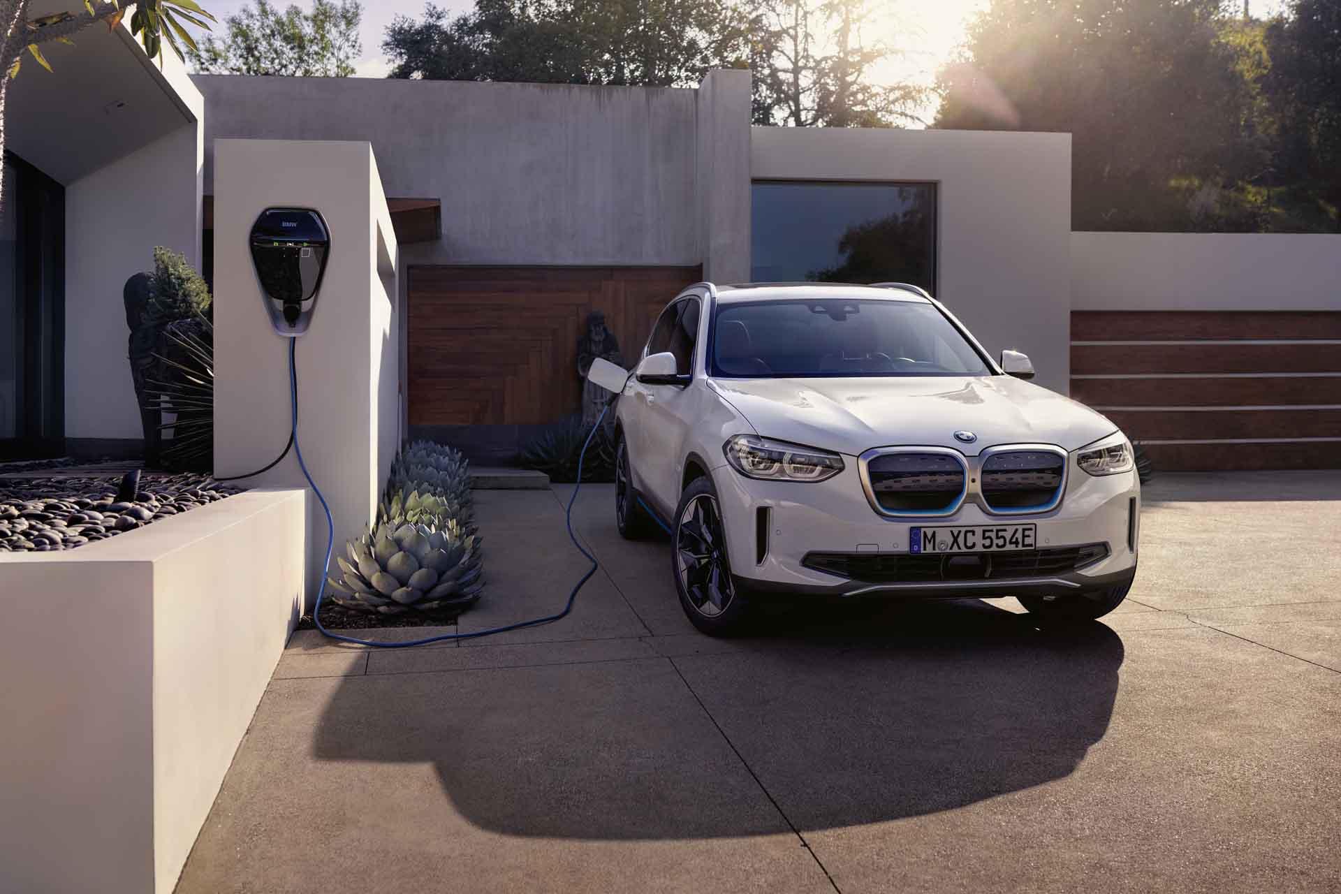 Der BMW iX3 läutet eine neue Ära lokal emissionsfreier Fahrfreude ein.